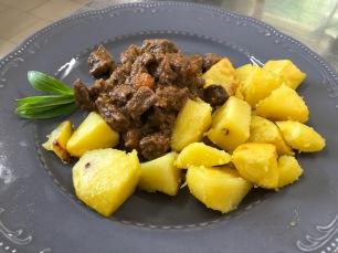 patate al forno e spezzatino